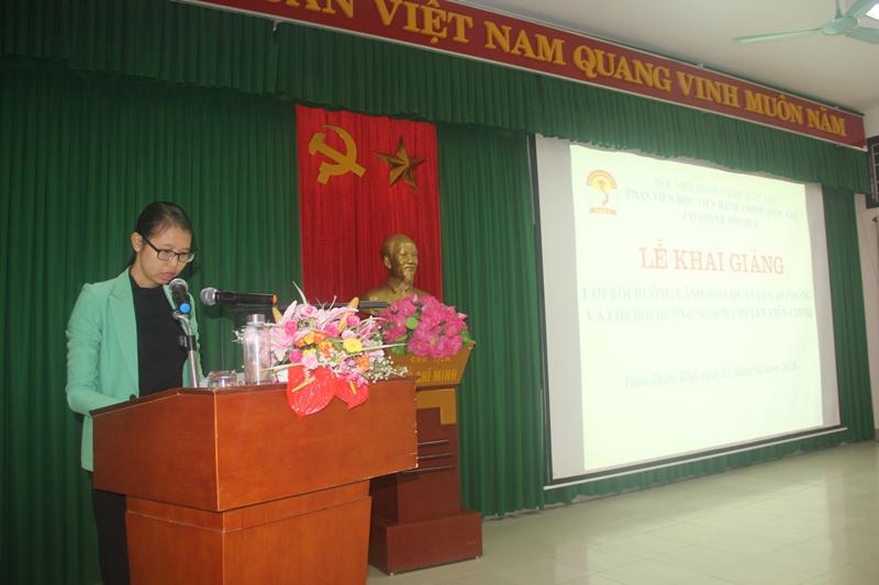 ThS. Mai Thị Phương Dung – Trưởng phòng, phòng Quản lý đào tạo, bồi dưỡng Phân viện Huế công bố các quyết định mở lớp và cử giáo viên chủ nhiệm