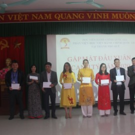 TS. Ngô Văn Trân - Phó Giám đốc Thường trực Phân viện Huế trao phong bì lì xì may mắn đầu năm cho đại diện các đơn vị của Phân viện