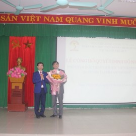 PGS.TS.Lương Thanh Cường – Phó Giám đốc Học viện Hành chính Quốc gia, Phụ trách Phân viện Huế trao Quyết định bổ nhiệm cho PGS.TS.Nguyễn Hoàng Hiển – Phó Giám đốc Phân viện Huế