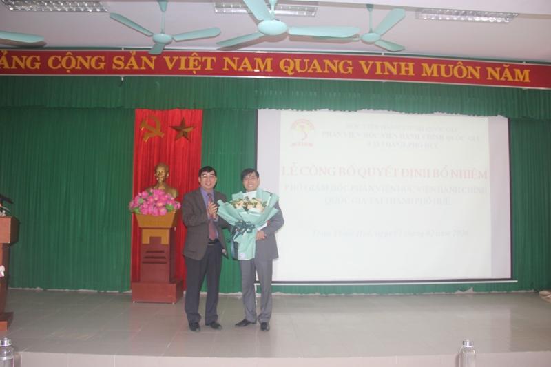 TS. Ngô Văn Trân -  Phó Giám đốc Thường trực Phân viện Huế tặng hoa chúc mừng PGS.TS.Nguyễn Hoàng Hiển