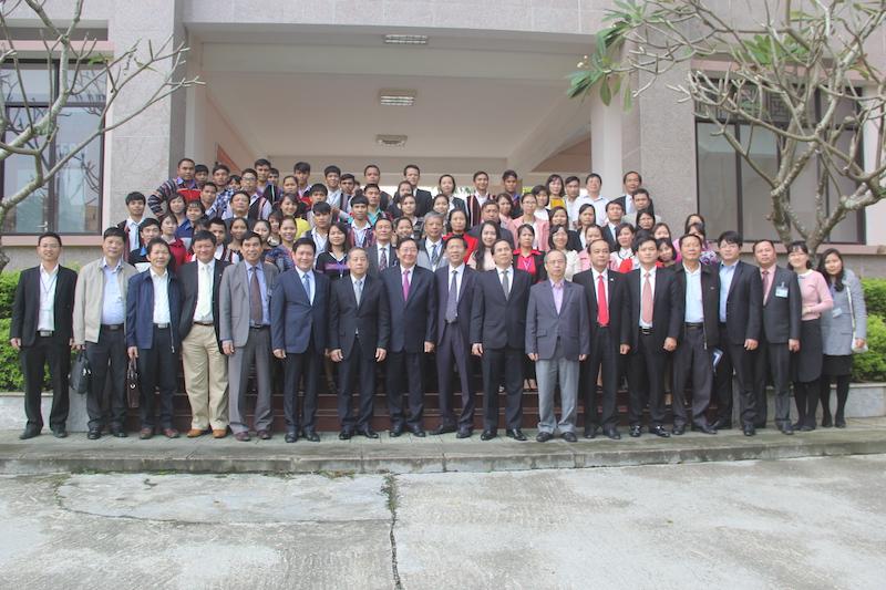 Đồng chí Lê Vĩnh Tân – Ủy viên Ban Chấp hành Trung ương Đảng, Bộ trưởng Bộ Nội vụ chụp ảnh lưu niệm cùng Lãnh đạo tỉnh Thừa Thiên Huế và cán bộ, giảng viên, học viên Cơ sở Học viện
