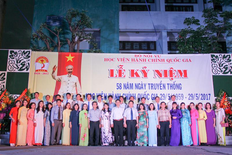 Lãnh đạo Học viện Hành chính Quốc gia cùng Lãnh đạo, cán bộ, giảng viên, người lao động Cơ sở Học viện chụp ảnh lưu niệm tại lễ kỷ niệm 58 năm ngày truyền thống HVHC Quốc gia (29/5/2017)