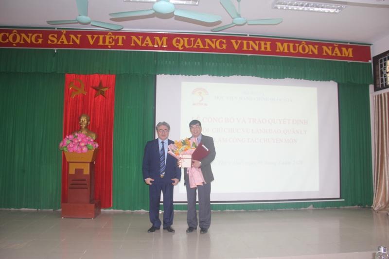 TS. Đặng Xuân Hoan, Giám đốc Học viện Hành chính Quốc gia tặng hoa và trao quyết định thôi giữ chức vụ quản lý cho TS. Ngô Văn Trân