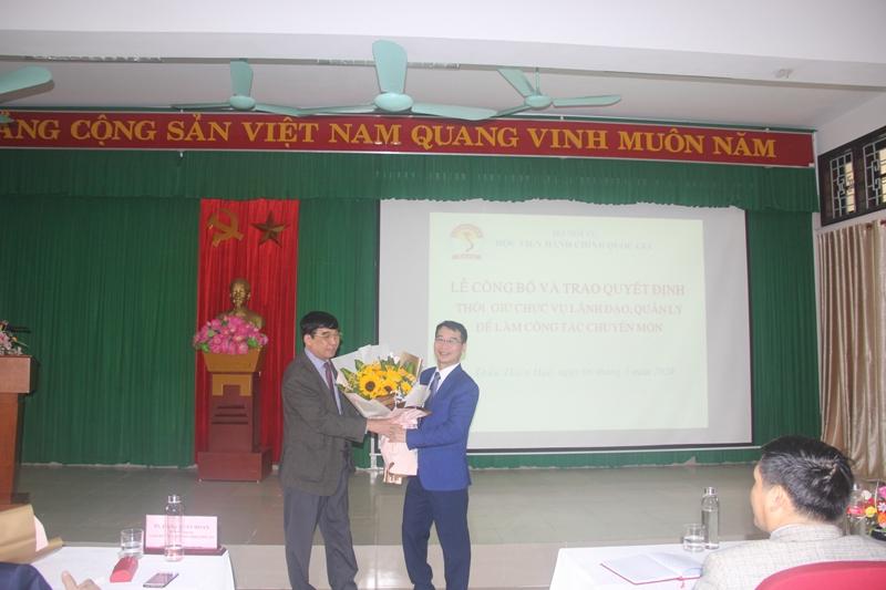 PGS.TS.Lương Thanh Cường, Phó Giám đốc Học viện Hành chính Quốc gia tặng hoa cho TS. Ngô Văn Trân