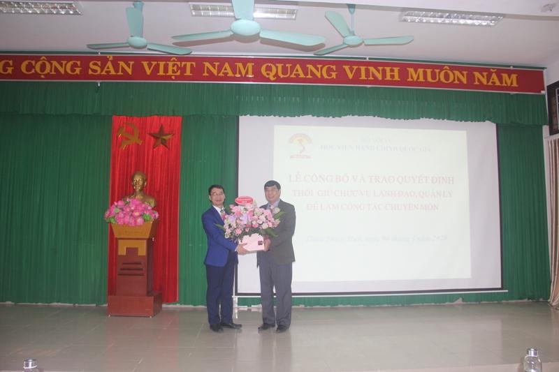 PGS.TS.Lương Thanh Cường trao hoa của Ban Quản lý bồi dưỡng Học viện cho TS. Ngô Văn Trân