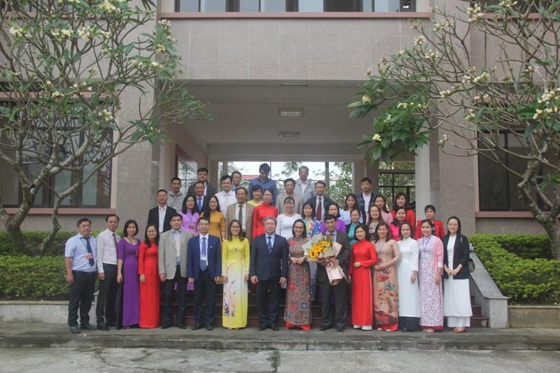 Lãnh đạo Học viện, cùng toàn thể cán bộ, giảng viên, người lao động chụp ảnh lưu niệm