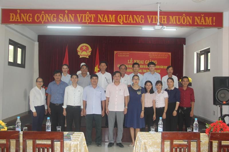 Đại biểu và các học viên chụp ảnh lưu niệm