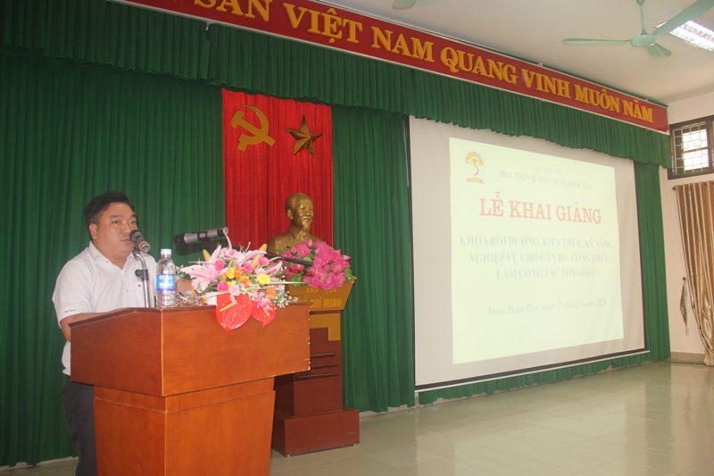 ThS.Lê Văn Lộc, Phó Trưởng Phòng Quản lý Đào tạo, Bồi dưỡng Phân viện Huế công bố các Quyết định mở lớp