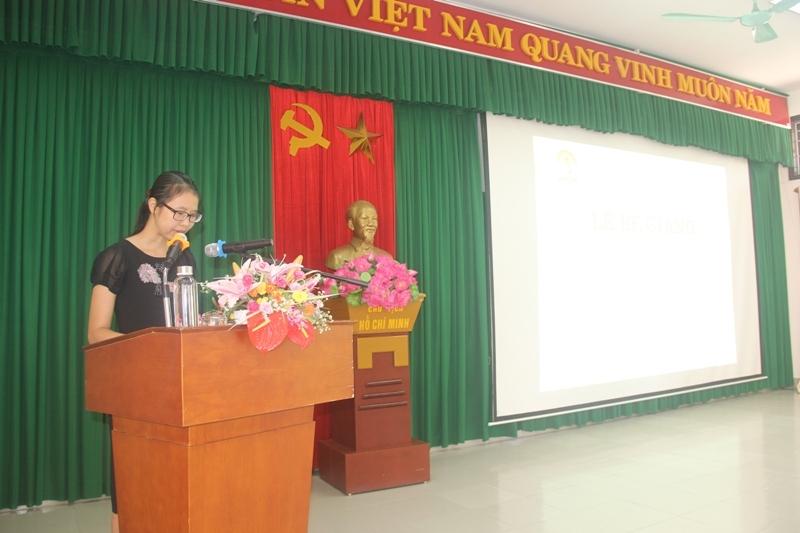 ThS.Mai Thị Phương Dung - Trưởng phòng Quản lý đào tạo, bồi dưỡng Phân viện Huế công bố các Quyết định cấp Chứng chỉ, khen thưởng