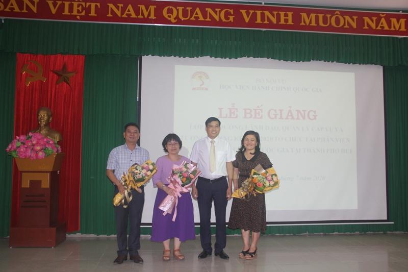 Ban cán sự nhận hoa của Lãnh đạo Phân viện Huế