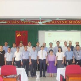 Lãnh đạo, giảng viên cùng các học viên chụp ảnh lưu niệm