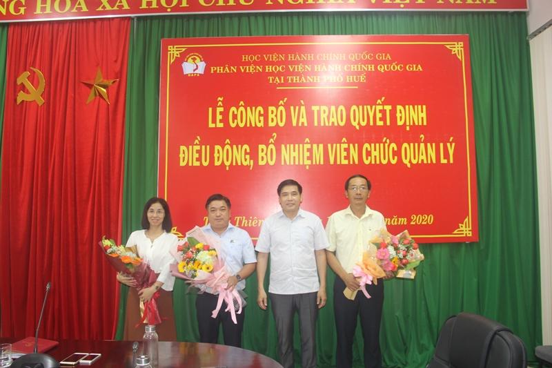 PGS.TS.Nguyễn Hoàng Hiển, Phó Giám đốc Phân viện Học viện Hành chính Quốc gia tại thành phố Huế trao Quyết định điều động, bổ nhiệm viên chức quản lý cho các đồng chí