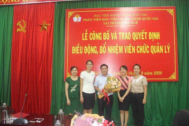 Các đồng nghiệp trao tặng hoa chúc mừng các đồng chí