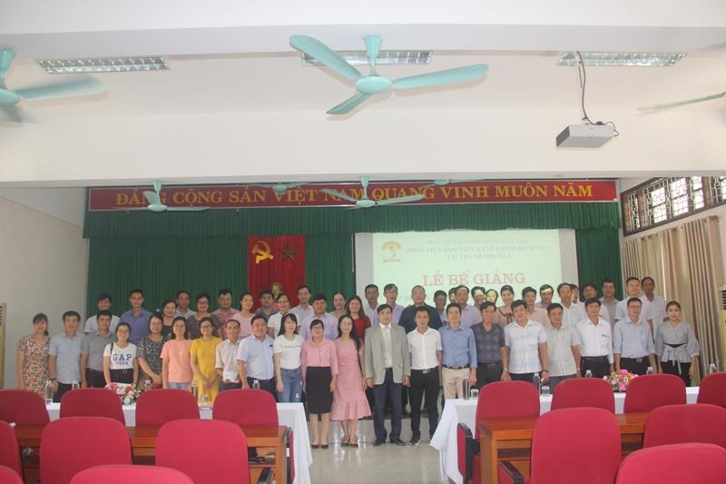 Lãnh đạo, cán bộ, giảng viên cùng các học viên chụp ảnh lưu niệm