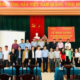 Lãnh đạo, đại biểu, giảng viên và các học viên chụp ảnh lưu niệm