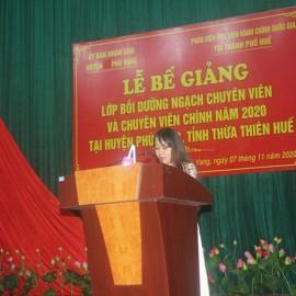 ThS. Phan Huyền Trang, phòng Quản lý đào tạo, bồi dưỡng Phân viện Huế công bố các Quyết định cấp Chứng chỉ khen thưởng