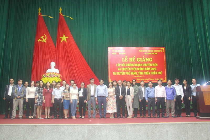 Lãnh đạo, đại biểu, giảng viên cùng các học viên chụp ảnh lưu niệm