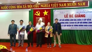 Ban cán sự lớp nhận hoa chúc mừng của Lãnh đạo Phân viện tại TP.Huế, Lãnh đạo Sở Nội vụ tỉnh Quảng Ngãi