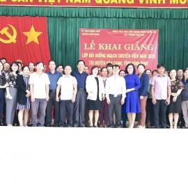 Đại biểu, giảng viên cùng các học viên chụp ảnh lưu niệm