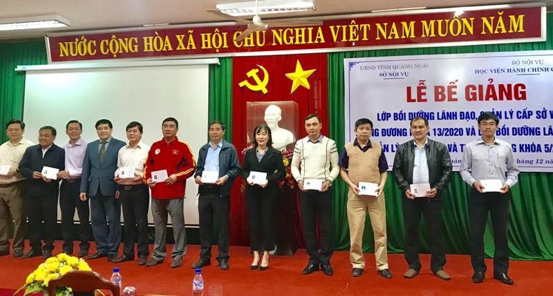 PGS.TS. Nguyễn Hoàng Hiển - Phó Giám đốc Phân viện tại TP.Huế phát chứng chỉ cho học viên hoàn thành khóa học