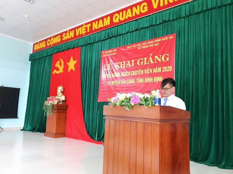 Đ/c Nguyễn Xuân Việt - UVBTV Huyện ủy, Phó Chủ tịch huyện Vân Canh, tỉnh Bình Định  phát biểu tại Lễ Khai giảng