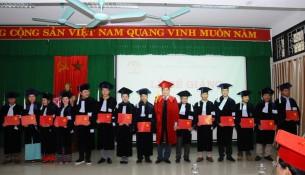 PGS.TS Nguyễn Hoàng Hiển - Phó Giám đốc Phân viện Huế trao bằng tốt nghiệp cho  các tân cử nhân