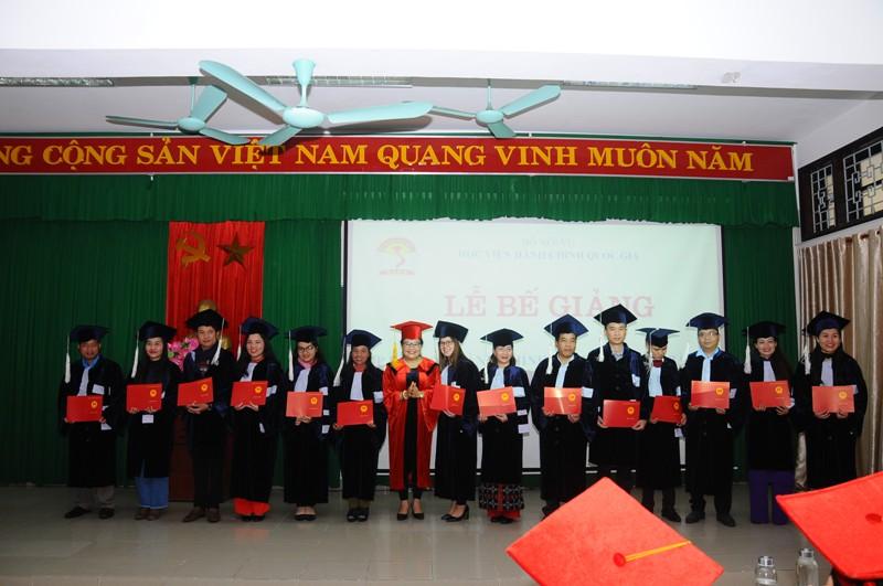 TS. Nguyễn Thị Sửu - Bí thư Huyện ủy A Lưới trao bằng tốt nghiệp cho các tân cử nhân