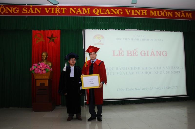 Học viên Hồ Văn Sáu - Đại diện học viên lớp KH15-TC111 tặng quà cho Phân viện Huế