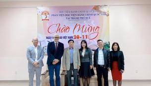 Lãnh đạo Đại học Anh Quốc tại Việt Nam chụp ảnh cùng Lãnh đạo Học viện Hành chính Quốc gia và Lãnh đạo Phân viện Huế.