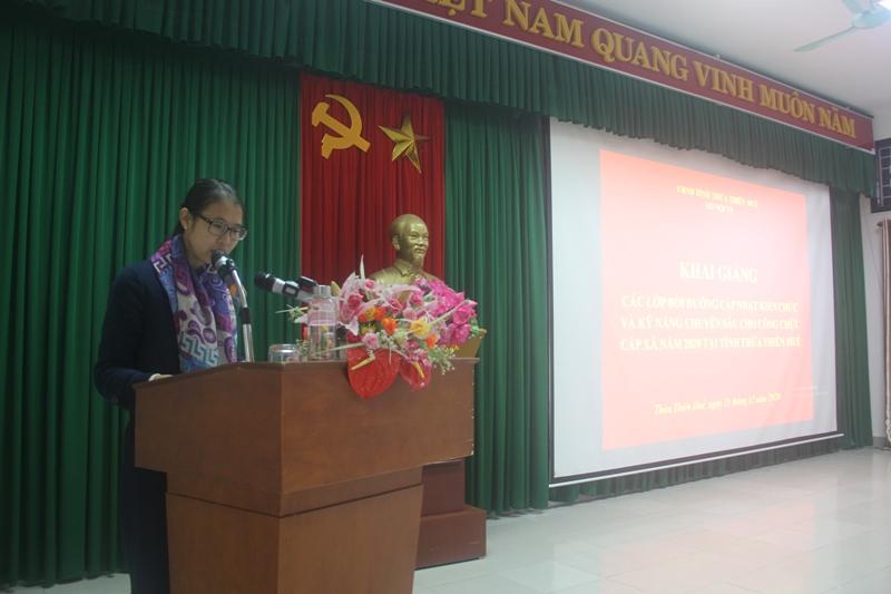 ThS.Mai Thị Phương Dung - Trưởng phòng Quản lý đào tạo, bồi dưỡng Phân viện Huế công bố các Quyết định mở lớp