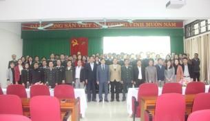 Các Đại biểu khách mời cùng Lãnh đạo Phân viện Huế và các học viên chụp ảnh lưu niệm