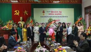 Ông Nguyễn Huy Hiển – Phó Giám đốc Sở Thông tin và Truyền thông tỉnh Thừa Thiên Huế tặng hoa chúc mừng Tạp chí