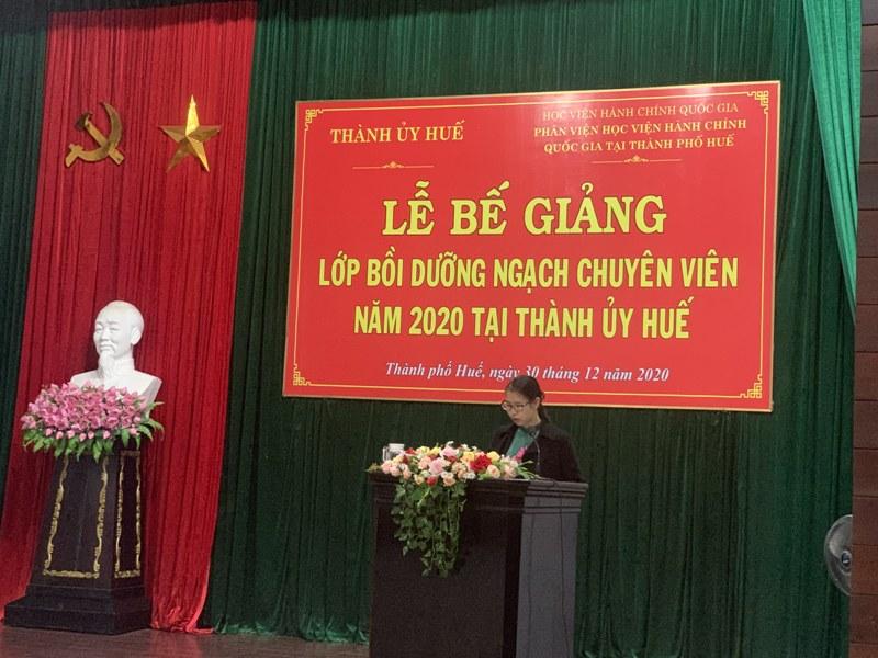 ThS. Mai Thị Phương Dung - Trưởng phòng Quản lý Đào tạo, bồi dưỡng của Phân viện  tại TP.Huế báo cáo tổng kết khóa học
