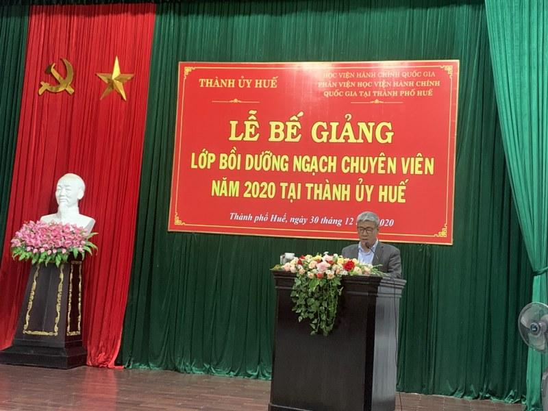 Đồng chí Trần Hùng Nam - Phó Bí thư Thường trực Thành ủy Thành phố Huế phát biểu tại Lễ Bế giảng