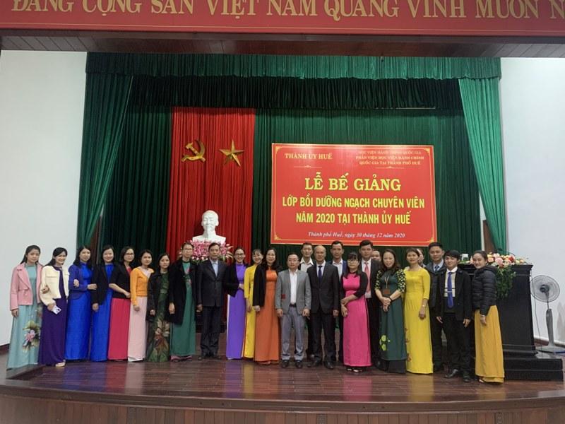 Các đại biểu, chuyên viên và các học viên hai Lớp chụp ảnh lưu niệm