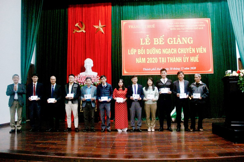 Đ/c Trần Hùng Nam – Phó Bí thư Thường trực Thành ủy thành phố Huế phát chứng chỉ cho học viên hoàn thành khóa học