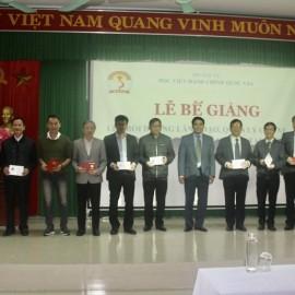 PGS.TS. Nguyễn Hoàng Hiển - Phó Giám đốc Phân viện Học viện tại TP.Huế phát chứng chỉ cho  học viên hoàn thành khóa học