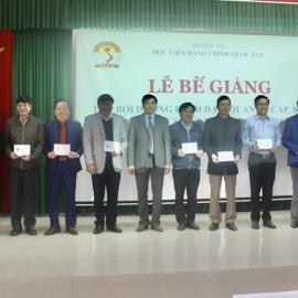 PGS.TS.Nguyễn Hoàng Hiển - Phó Giám đốc Phân viện tại TP.Huế trao chứng chỉ cho  các học viên hoàn thành khóa học