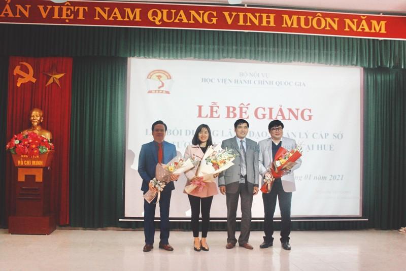 Ban cán sự lớp nhận hoa chúc mừng của Lãnh đạo Phân viện tại TP.Huế