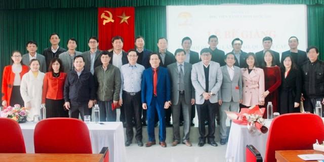 Lãnh đạo, quản lý, giảng viên cùng các học viên chụp ảnh lưu niệm