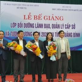 Ban cán sự lớp nhận hoa chúc mừng của Lãnh đạo Phân viện tại TP.Huế và Lãnh đạo tỉnh Quảng Bình
