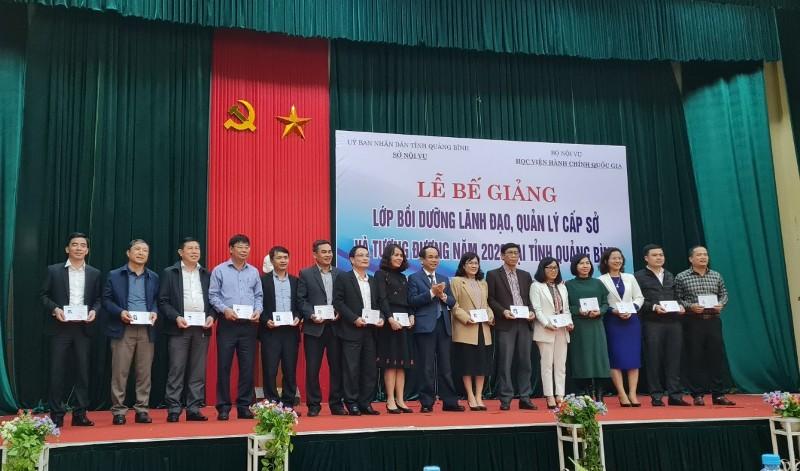 Lãnh đạo tỉnh Quảng Bình trao chứng chỉ cho các học viên