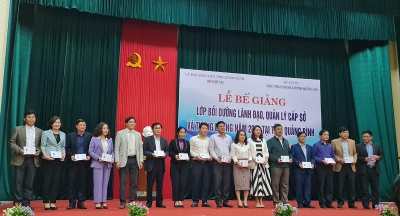 PGS.TS. Nguyễn Hoàng Hiển - Phó Giám đốc Phân viện Học viện tại TP.Huế  trao chứng chỉ cho học viên hoàn thành khóa học