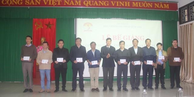 ThS. Trần Duy Đức - Phó Hiệu Trưởng Trường Chính trị Nguyễn Chí Thanh phát chứng chỉ cho học viên hoàn thành khóa học