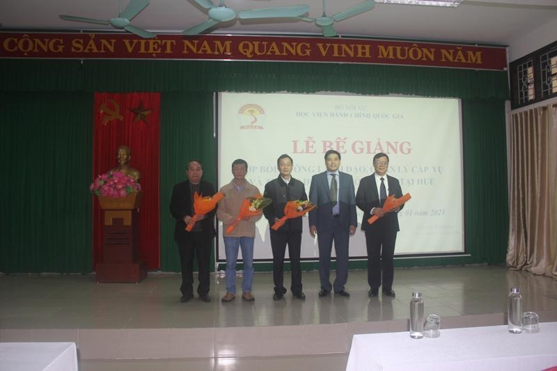 Ban cán sự lớp nhận hoa chúc mừng của Lãnh đạo Phân viện Học viện TP. Huế