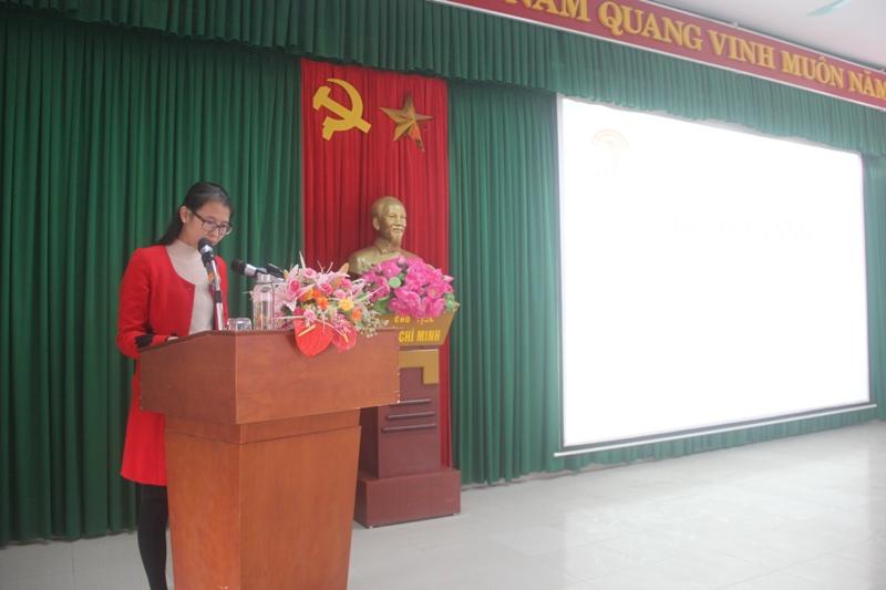 ThS.Mai Thị Phương Dung - Trưởng phòng Quản lý đào tạo, bồi dưỡng, Phân viện tại TP.Huế công bố các Quyết định cấp Chứng chỉ