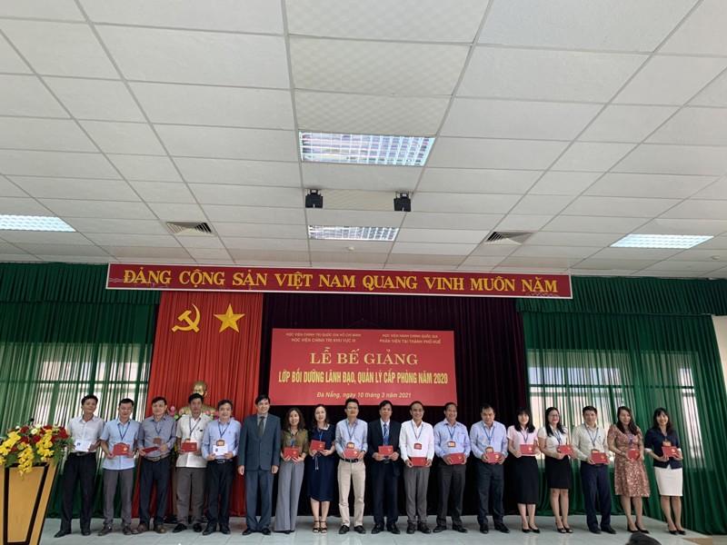 PGS.TS.Nguyễn Hoàng Hiển - Phó Giám đốc Phân viện Học viện tại TP.Huế  trao chứng chỉ cho các học viên hoàn thành khóa học