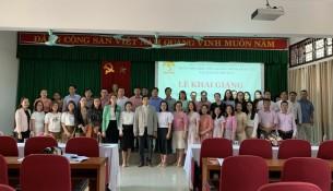 Lãnh đạo, giảng viên và các học viên chụp ảnh lưu niệm