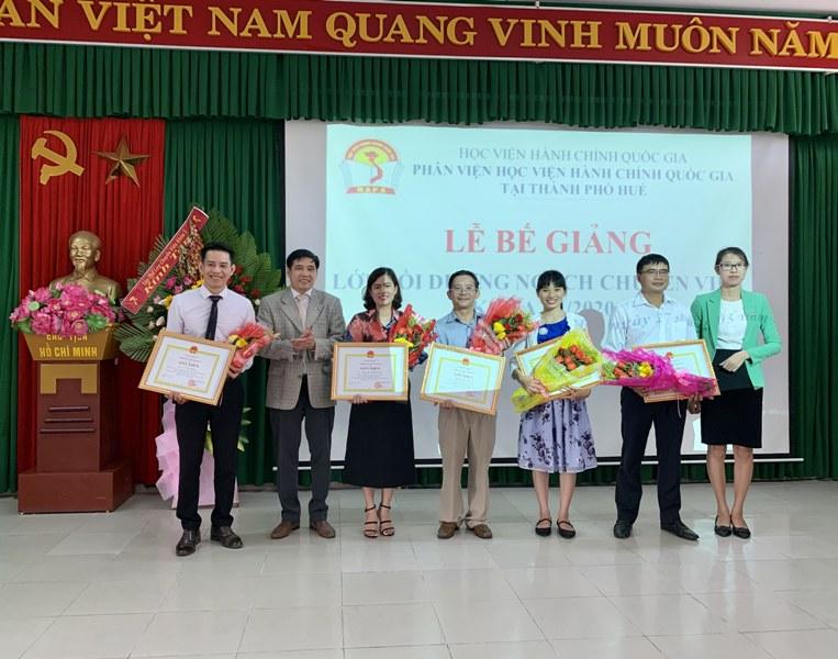 Các học viên đạt thành tích cao trong học tập nhận giấy khen và hoa chúc mừng  của Giám đốc Học viện Hành chính Quốc gia