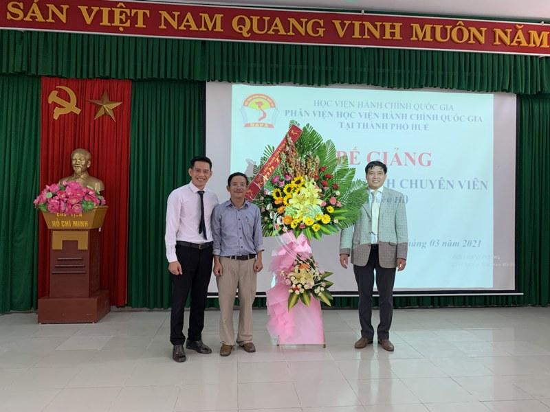 Đại diện học viên Lớp tặng hoa cho Lãnh đạo